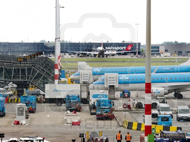 Vliegtuigen klaar voor vertrek op Schiphol