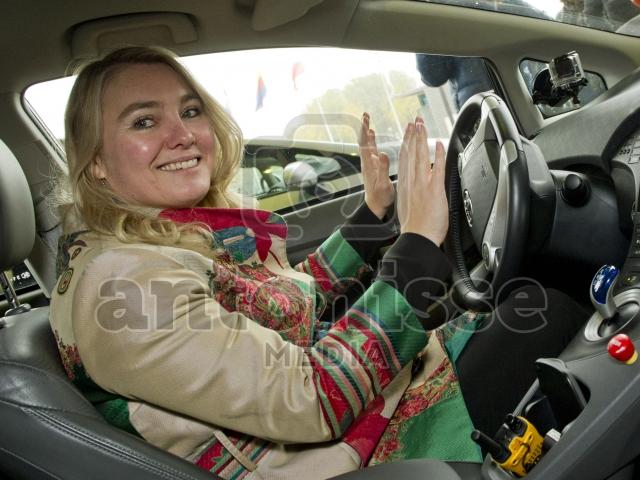 Minister Melanie Schulz van Haegen in zelfsturende auto.